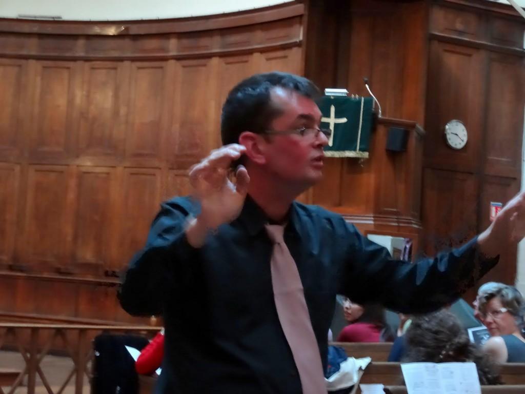 Portrait du chef de choeur Frank Douet dirigeant la chorale de jeunes Incognito de Paris