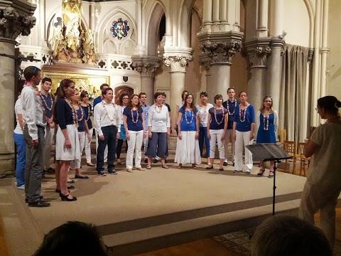 la chorale de jeunes Incognito de Paris en concert à Notre-Dame des anges en bleu et blanc avec collier de fleurs et lunettes de soleil
