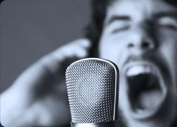 photo noir et blanc d'un homme chantant devant un micro